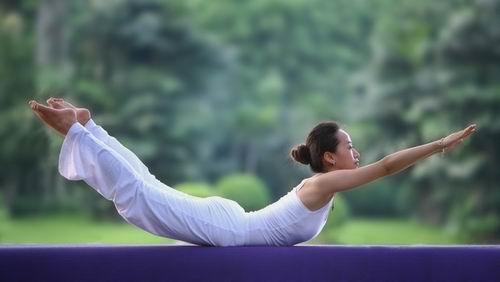 """腰背肌功能锻炼方法""""飞燕式"""""""